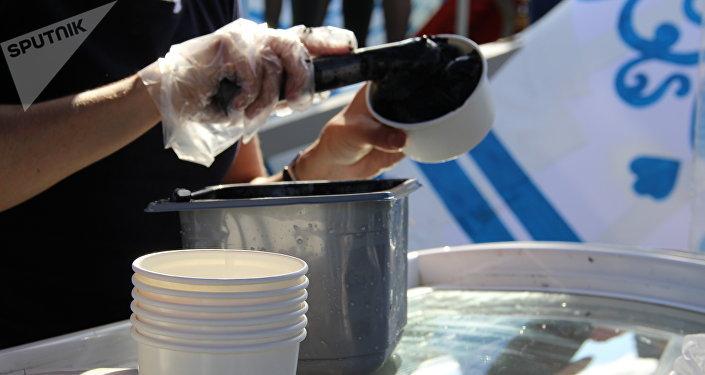 Sorvete feito com uso de carvão iacuto, sorvete feito com uso de carvão em uma exposição durante o Fórum Econômico Oriental 2018, em Vladivostok