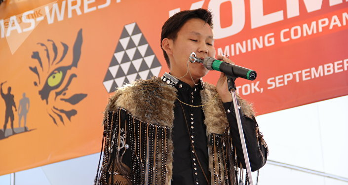 Músico iacuto se apresenta durante o torneio de mas-wrestling organizado no âmbito do Fórum Econômico Oriental 2018, em Vladivostok, em 12 de setembro