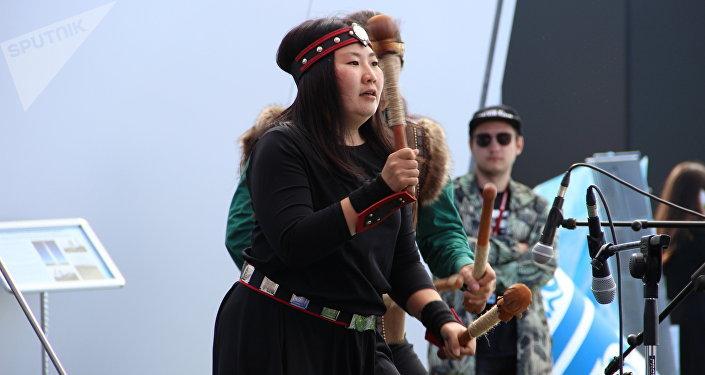 Músicos iacutos se apresentam durante o torneio de mas-wrestling organizado no âmbito do Fórum Econômico Oriental 2018, em Vladivostok, em 12 de setembro