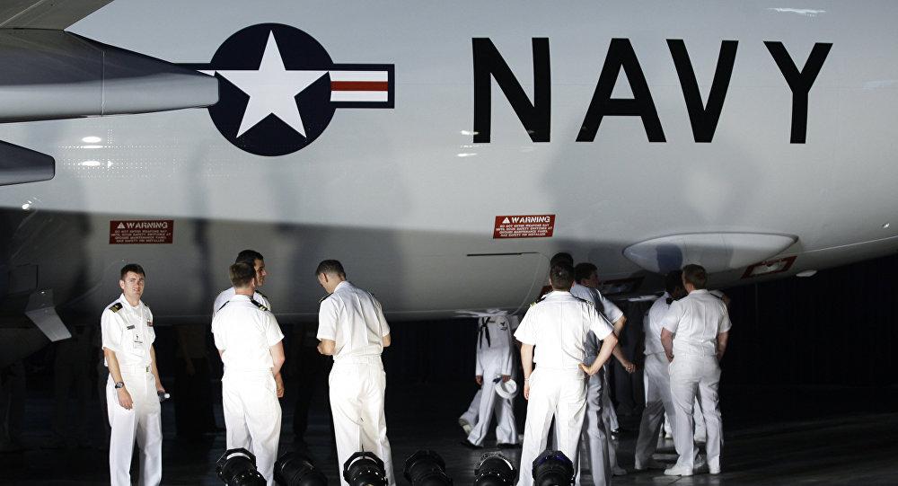 Militares da Marinah dos EUA inspecionam um Boeing P-8A Poseidon.