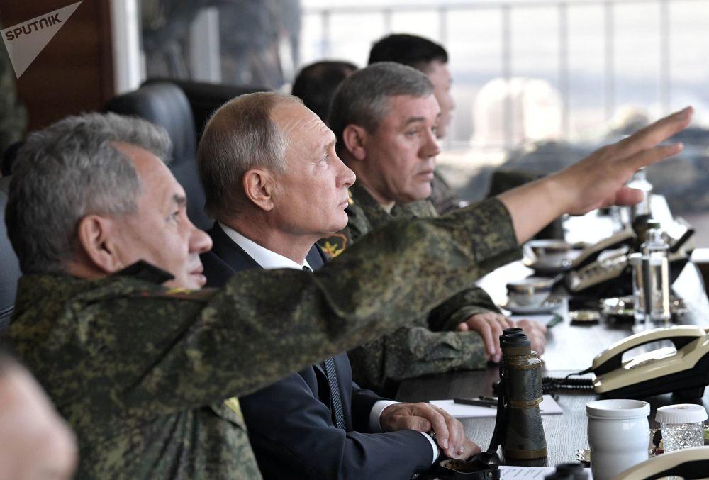 O presidente russo, Vladimir Putin, junto com o ministro da Defesa, Sergei Shoigu, e o chefe do Estado-Maior da Rússia, Valery Gerasimov, acompanham as manobras militares Vostok 2018