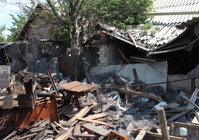 Prédio destruído por bombardeio em Donetsk