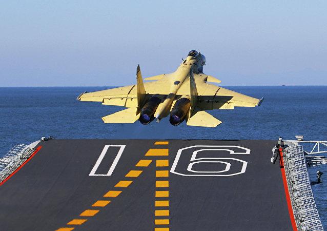 Nesta foto sem data divulgada pela Agência de Notícias Xinhua da China, disponibilizada no domingo, 25 de novembro de 2012, um jato de carga J-15 transportado por um porta-aviões decola do Liaoning