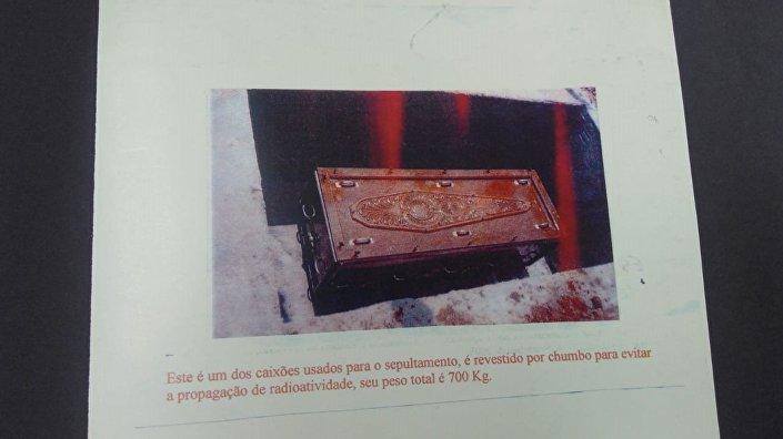 Caixão usado para enterrar uma das vítimas dentro de uma cápsula de cimento para conter propagação radioativa