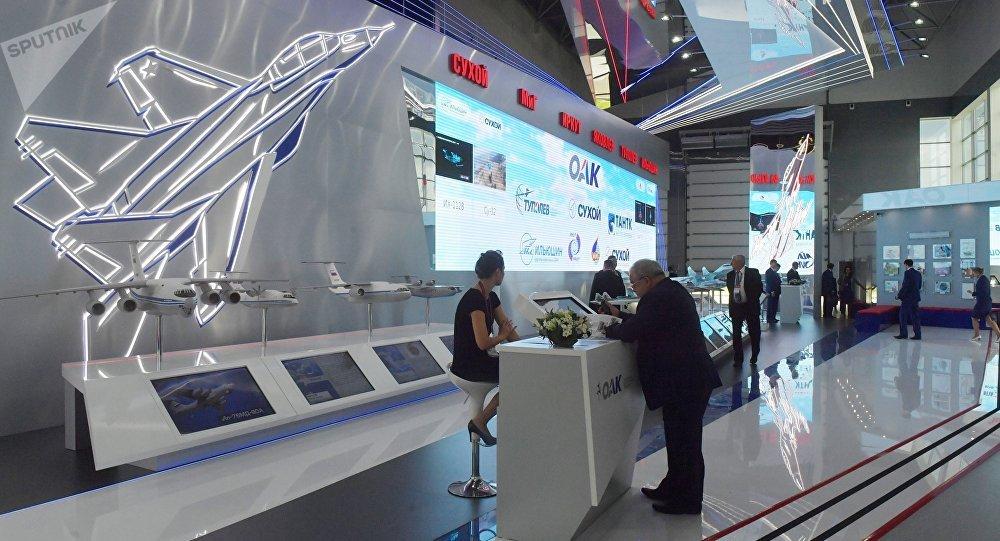 Estande da Corporação Aeronáutica Unida durante um fórum técnico-militar