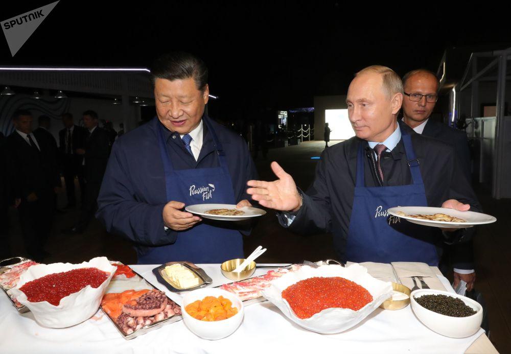 Presidente chinês Xi Jinping e presidente russo Vladimir Putin visitam exposição no âmbito do Fórum Econômico Oriental em Vladivostok, na Rússia