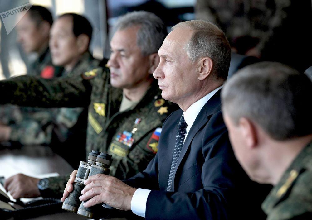 Presidente russo, Vladimir Putin, assiste do posto de comando à manobra militar Vostok 2018 das Forças Armadas da Rússia, Mongólia e da China