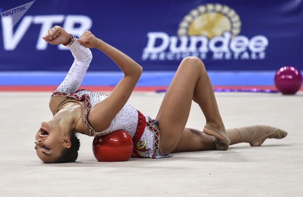 Atleta russa Dina Averina realiza exercícios com a bola durante Campeonato Mundial de Ginástica Rítmica de 2018, em Sofia