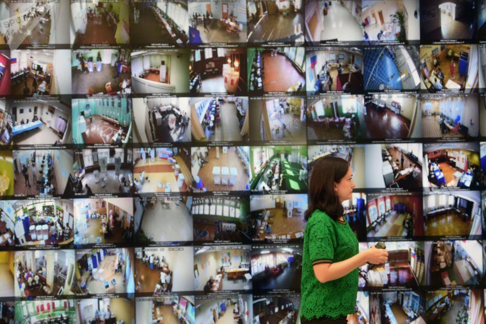Mural de 32 telas com imagens exibindo as instalações das comissões eleitorais no dia da votação, em 9 de setembro de 2018