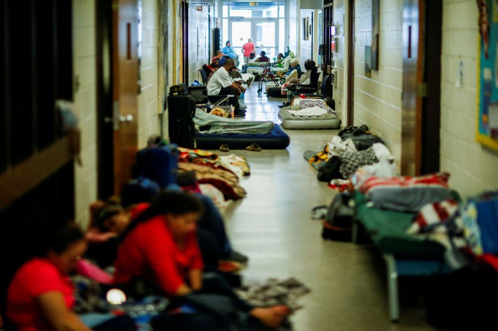 Pessoas em abrigo da organização Cruz Vermelha durante o furacão Florence em Grantsboro, Carolina do Norte