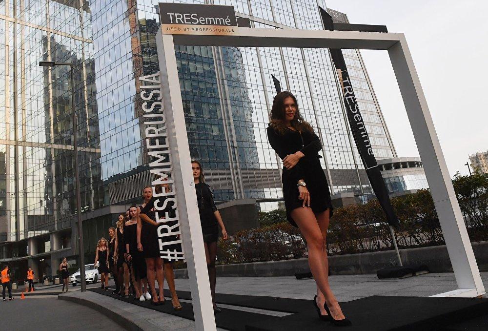 Modelos na passarela mais alta do mundo, no território do Centro Internacional de Negócios de Moscou, Rússia