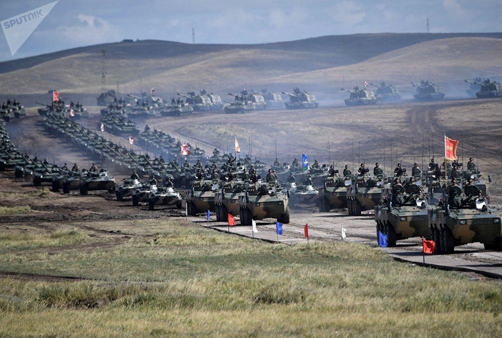 Desfile de veículos militares das manobras Vostok 2018, no polígono de testes, Rússia, em 13 de setembro de 2018