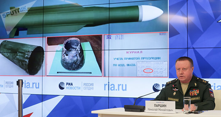 Nikolai Parshin, chefe da Direção Principal de Artilharia e Mísseis do Ministério da Defesa russo, durante o briefing do ministério sobre novas provas no caso MH17