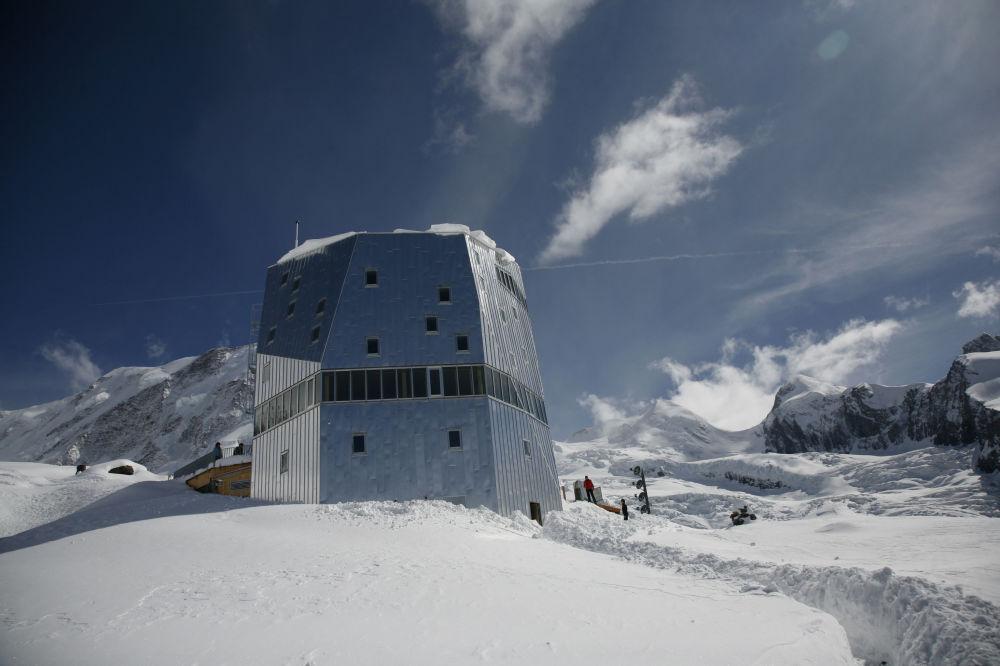 Monte Rosa é uma cabana de alta tecnologia que foi construída especificamente para turistas que se deparam com o mau tempo nos Alpes suíços