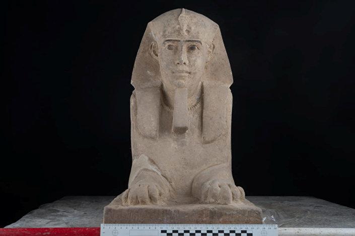 Esfinge de arenito encontrada no templo de Kom Ombo em Assuã, Egito