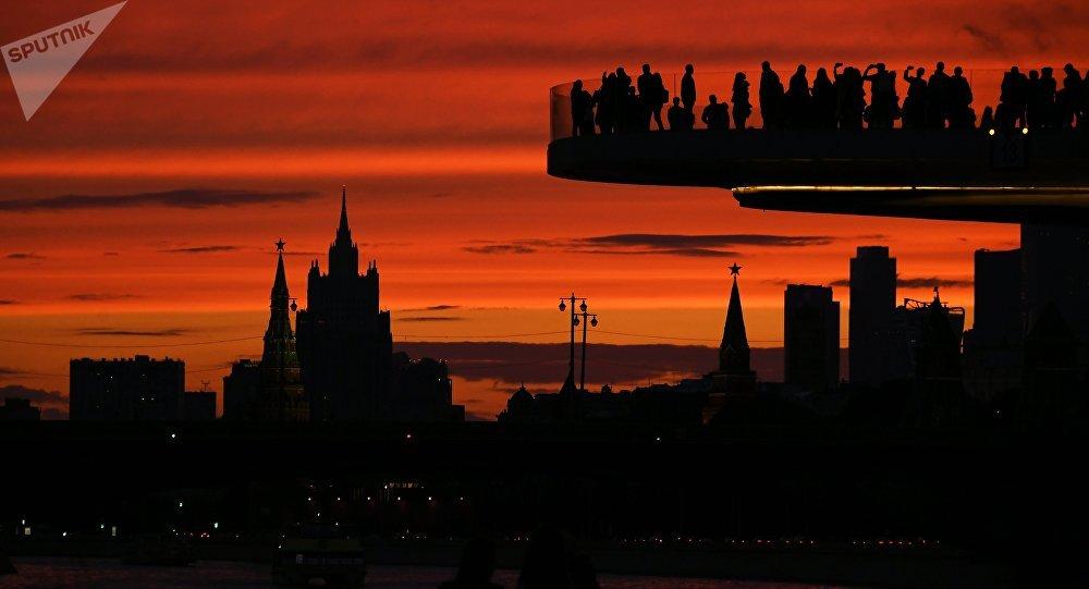 O pôr do sol em Moscou, na foto: visitantes do parque moscovita Zaryadye