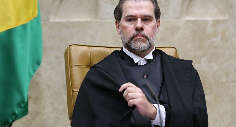 Presidente do STF é internado com pneumonite alérgica