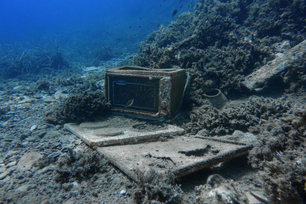 Micro-ondas achado nas profundezas do mar perto da costa da ilha Sifnos, Grécia