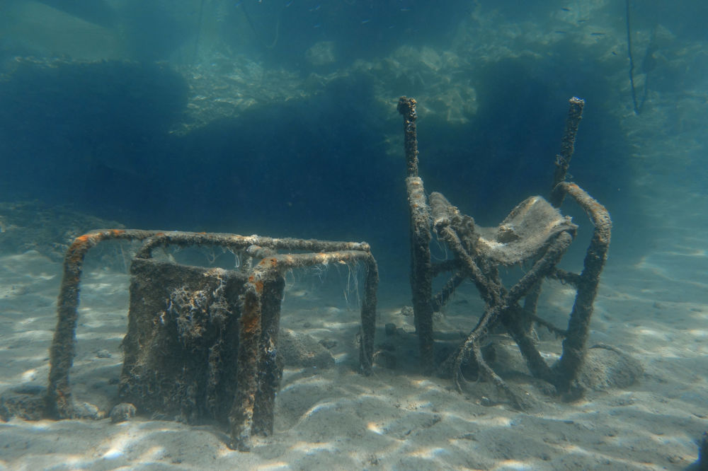 Duas cadeiras são vistas no fundo do mar Egeu perto da ilha de Tasos