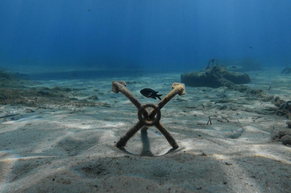 Âncora deixada nas profundezas do mar perto da ilha grega de Sifnos