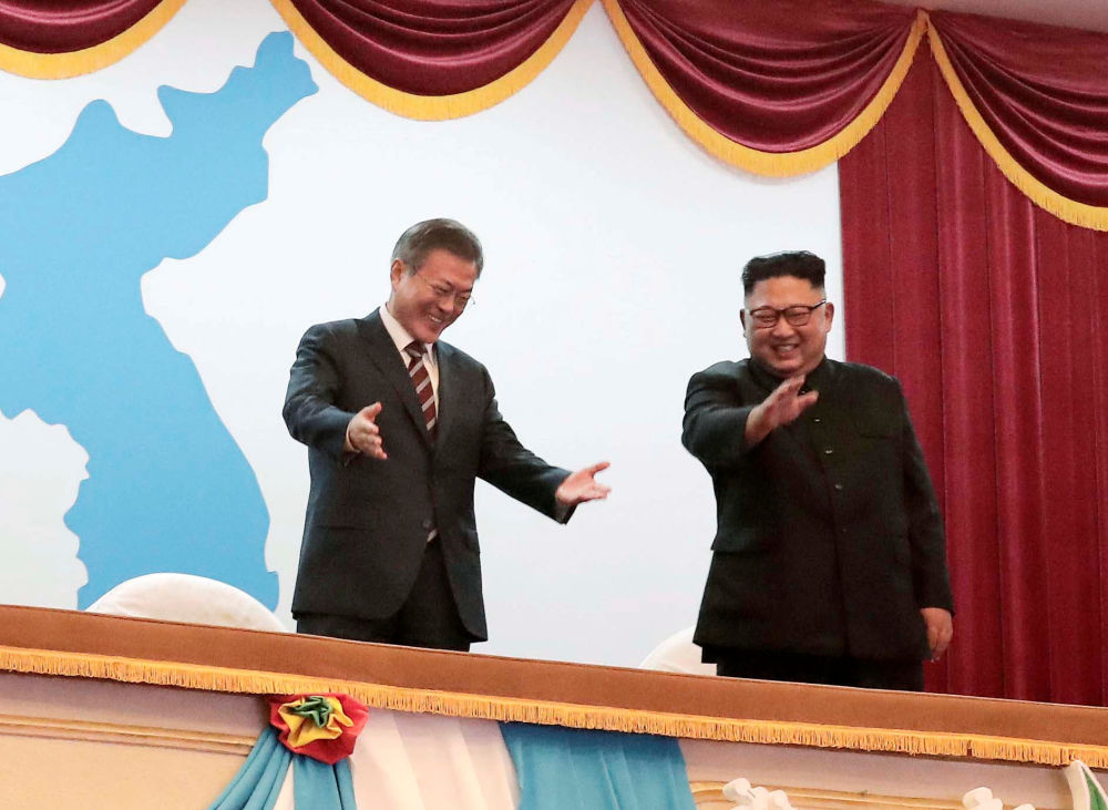 Presidente da Coreia do Sul, Moon Jae-in (esquerda) e líder norte-coreano Kim Jong-un (direita) no Grande Teatro de Pyongyang (Coreia do Norte)