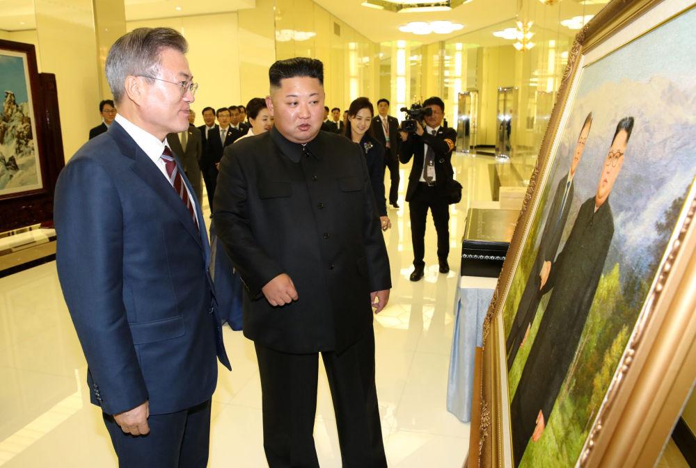 Presidentes sul-coreano Moon Jae-in e norte-coreano, Kim Jong-un, chegam ao banquete em Pyongyang, na Coreia do Norte, em 18 de setembro de 2018