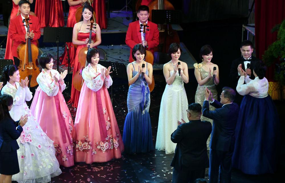 Líderes da Coreia do Norte e do Sul, Kim Jong-un e Moon Jae-in, aplaudem para cantores e músicos no Grande Teatro de Pyongyang, na Coreia do Norte