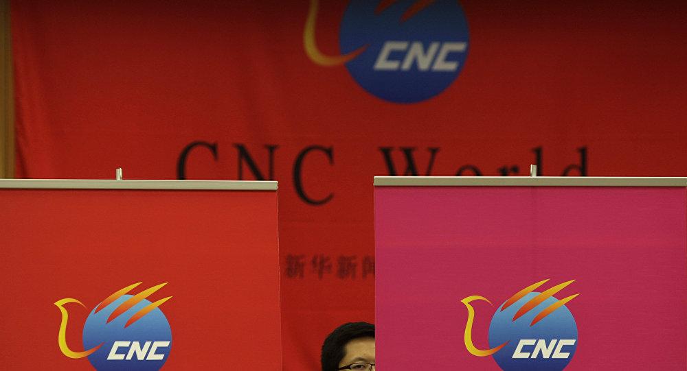 Um funcionário chinês da China Xinhua News Network Corp. (CNC) capturado durante uma conferência de imprensa sobre o lançamento de seu canal de televisão global, em língua inglesa (arquivo)