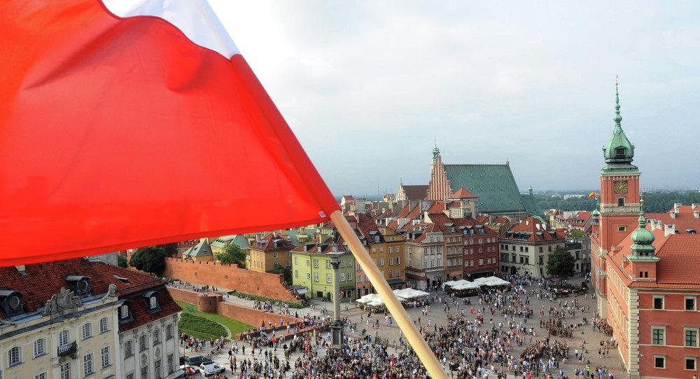 Bandeira nacional polonesa sobre a Praça Zamkowy.