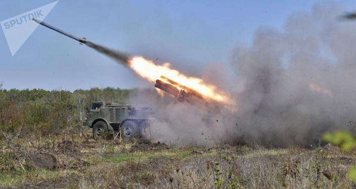 Lançador múltiplo de mísseis Uragan durante exercício da artilharia tática no campo de treinamento de Molkino, em Krasnodar