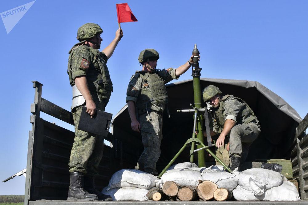 Militares em caminhão com morteiro de 82 mm durante exercício da artilharia tática no campo de treinamento de Molkino, em Krasnodar