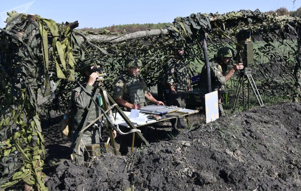 Militares em posição de observação durante exercício da artilharia tática no campo de treinamento de Molkino, em Krasnodar