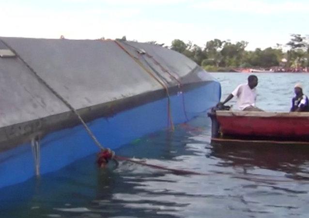 Equipe de resgate examinado o casco da balsa naufragada no lago Vitória, Tanzânia, 21 de setembro de 2018