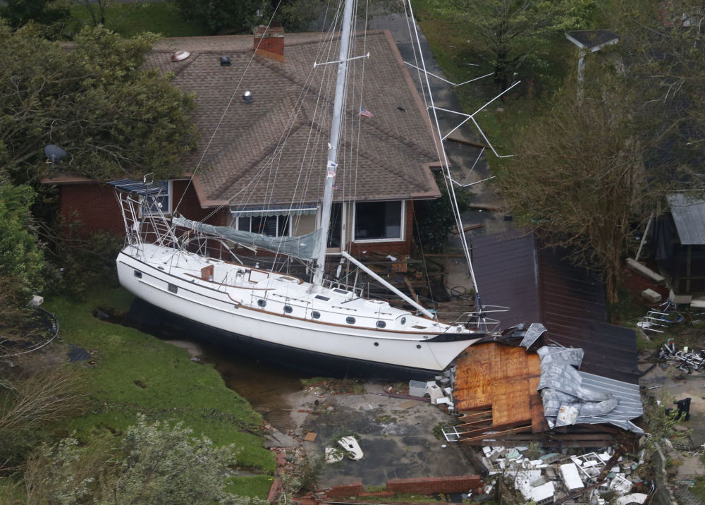 Veleiro embate contra uma moradia e uma garagem em New Bern, nos EUA, na sequência da cidade ser atingida pelo furacão New Bern