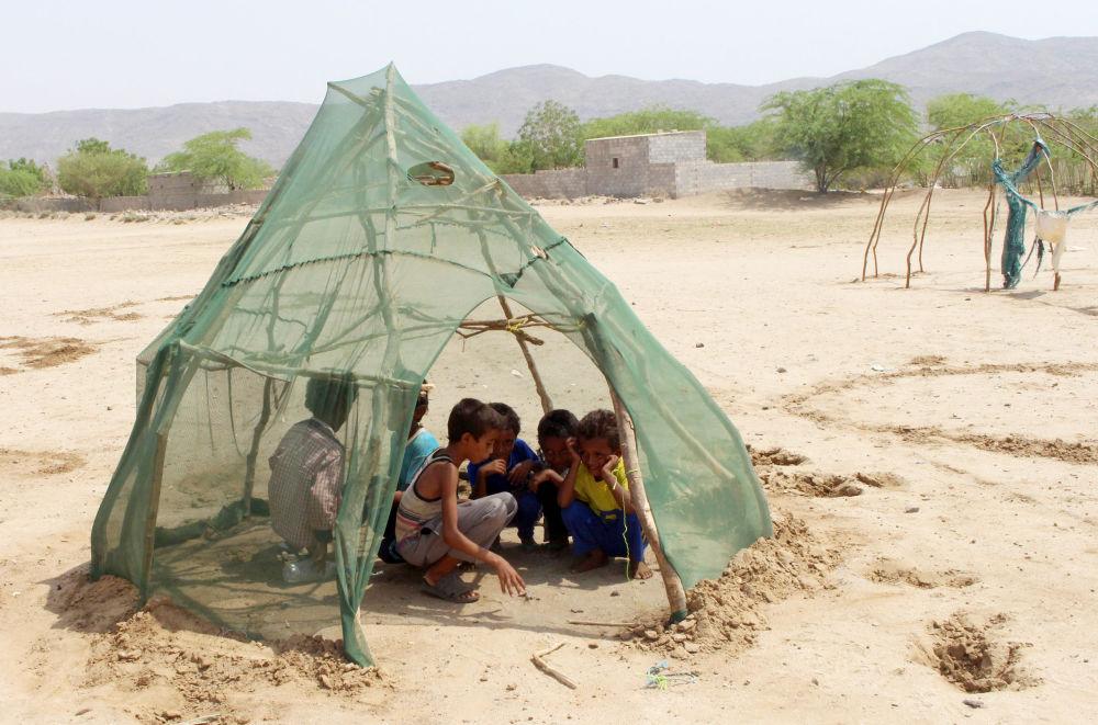 Crianças deslocadas brincam em um campo de refugiados no Iêmen