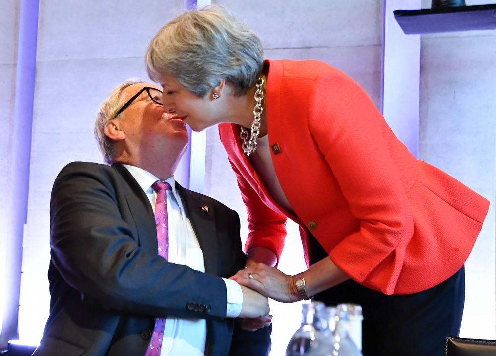 Presidente da Comissão Europeia, Jean-Claude Juncker, saúda a premiê britânica, Theresa May, antes do início de uma sessão informal da UE na Áustria