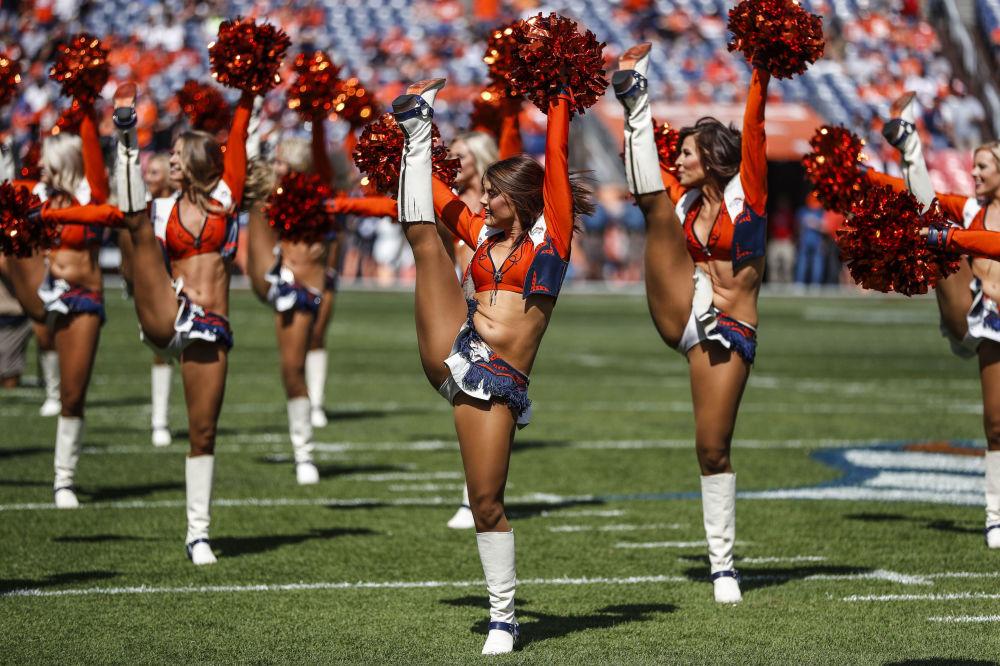 Show do grupo de animadoras de torcida da equipe de futebol Denver Broncos durante seu jogo contra o time Oakland Raiders, em Denver