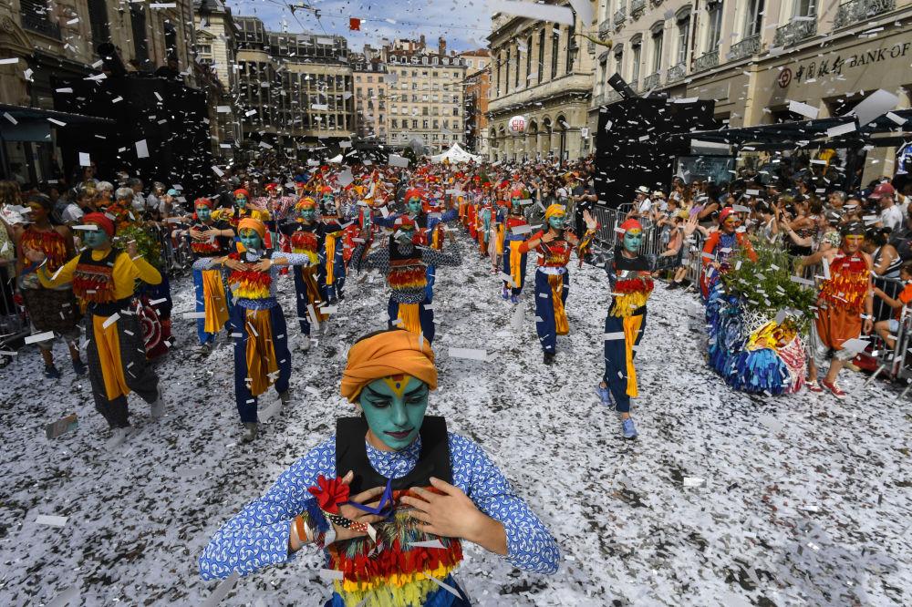 Dançarinos se apresentam durante uma parada de rua na França