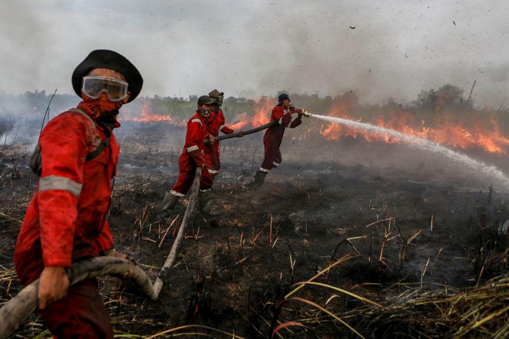 Bombeiros combatem fogo na Indonésia