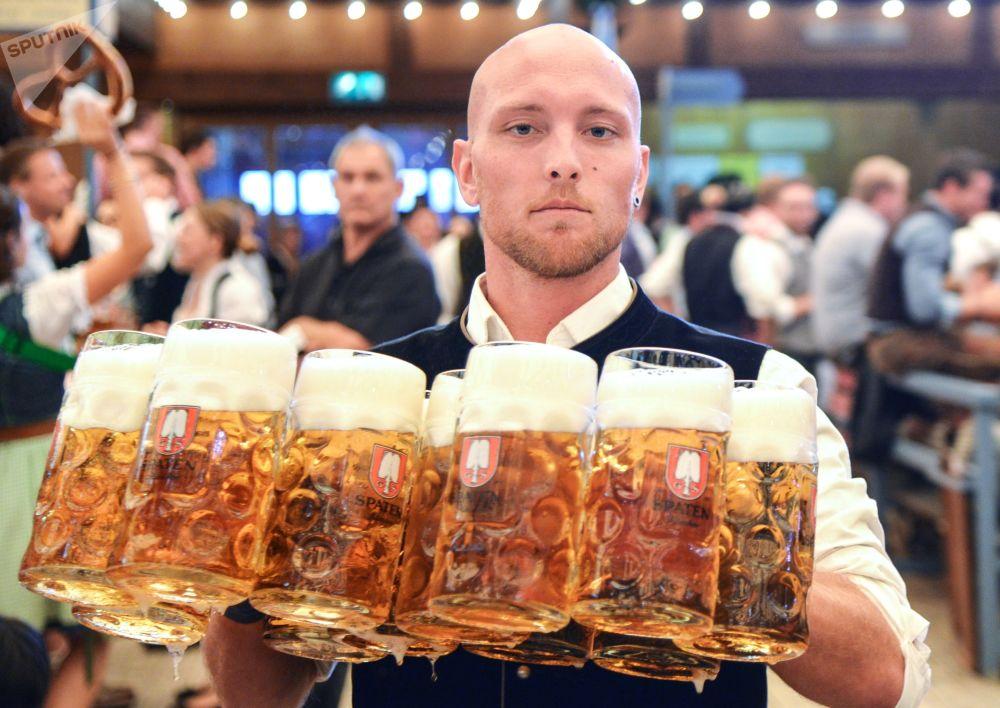 Garçom distribui canecas com cerveja durante a cerimônia de abertura do festival de cerveja Oktoberfest, em Munique, na Alemanha, em 22 de setembro de 2018