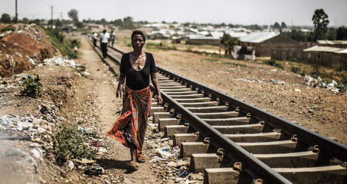 Mulher zambiana caminhando ao longo de trilhos nos arredores de Lusaka, Zâmbia (foto de arquivo)