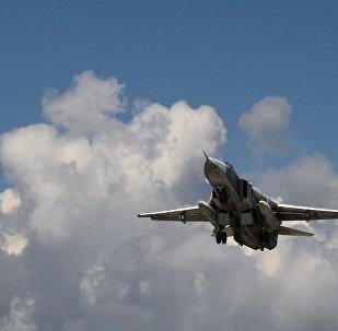 Caça russo Su-24 decola da base aérea de Latakia, na Síria
