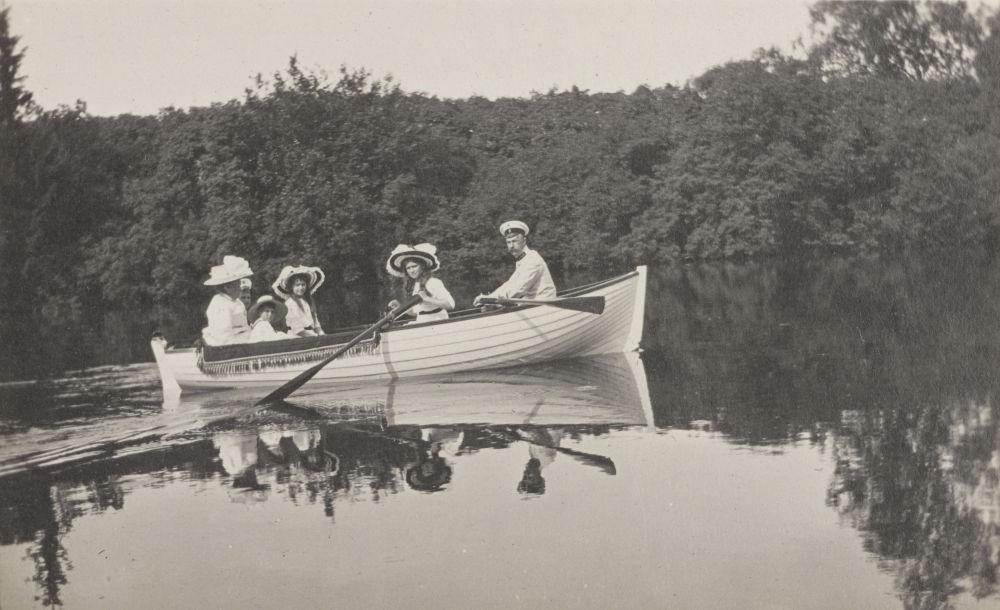 O imperador russo Nicolau II junto com sua família passeando de barco