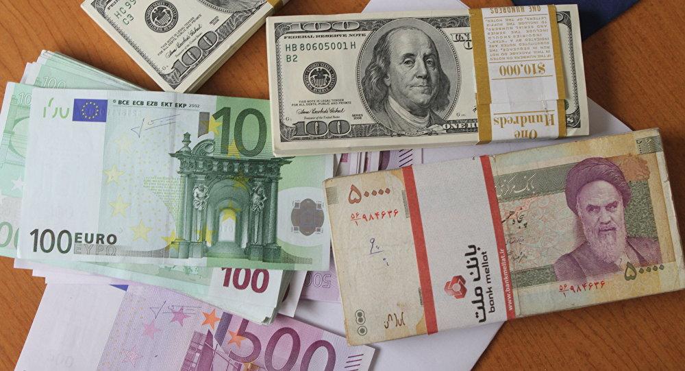 Notas de euros, dólares norte-americanos e rial iraniano