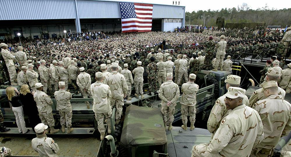 Militares norte-americanos ouvem um discurso do então presidente dos EUA, George W. Bush, em Fort Polk, Louisiana, em 17 de fevereiro de 2004
