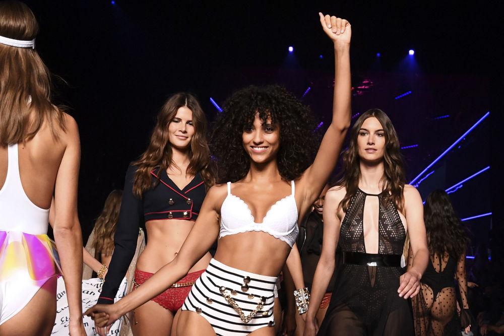Modelos desfilam na passarela do Paris Fashion Week vestindo novas lingeries da Etam