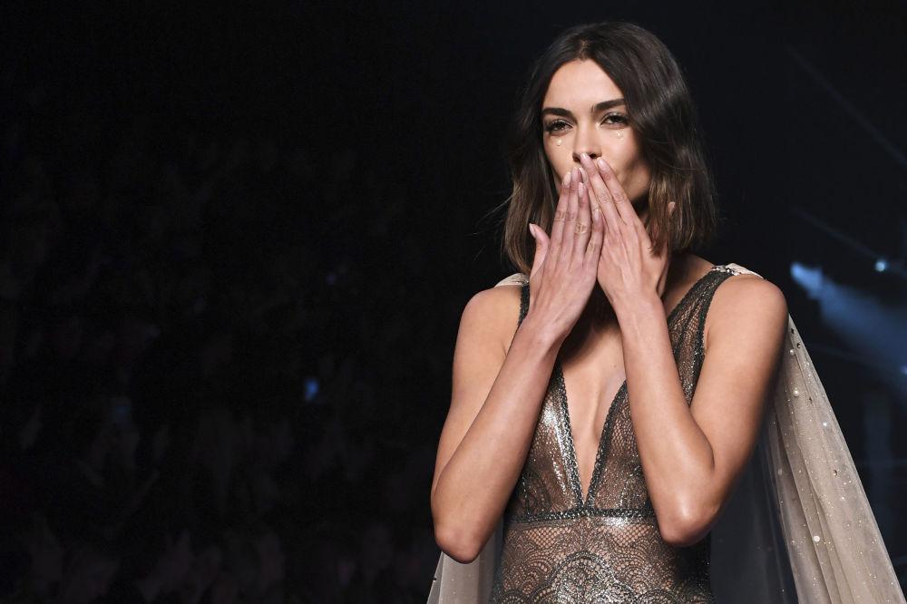Modelo manda beijos da passarela no Paris Fashion Week