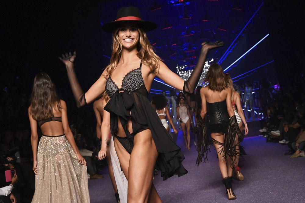 Mulheres desfilam sorridentes apresentando nova coleção da Etam