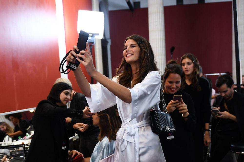 Jovem tira selfie na véspera da apresentação da nova coleção de lingeries da Etam em Paris