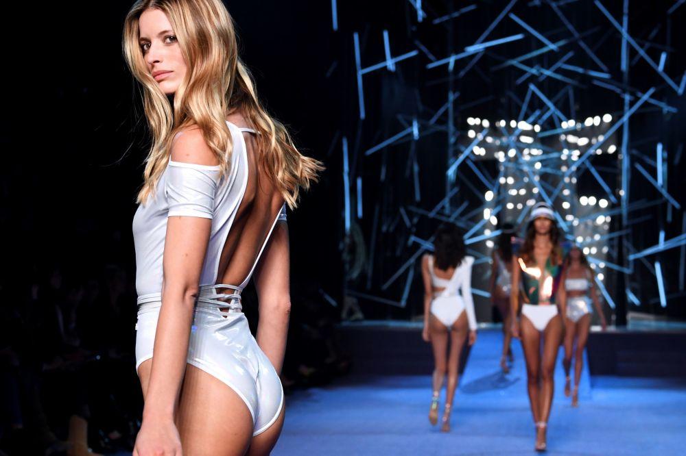 Modelo posa na passarela vestindo peças da nova coleção da Etam